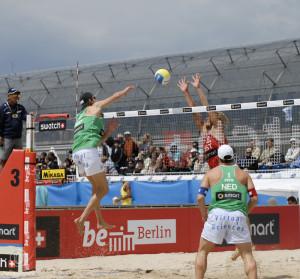 Beim Beachvolleyball wird nah am Netz gespielt - vorher drauf scharf stellen und den richtigen Zeitpunkt abpassen
