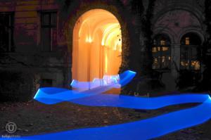 Mit einer blauen Neonröhre durchs Bild gelaufen - bei 36 Sekunden Verschlusszeit ist von mir selbst nichts mehr zu sehen, nur das Licht bleibt übrig
