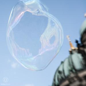 Portrait einer Riesenseifenblase vor Berliner Dom - f/2,8