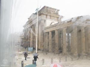 Regen durchs Fenster gesehen
