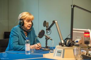 Angla Merkel, Bundeskanzlerin, im Hörfunkstudio