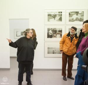 """Judy Linn erklärt dem Publikum ihre """"place""""-Fotos"""